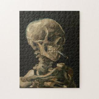 Skelett- skalle med den brinna cigaretten av Van Pussel