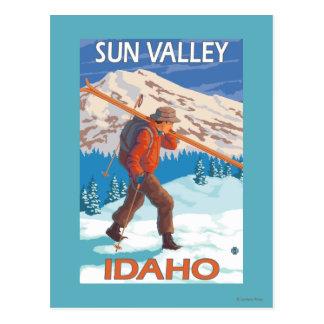 Skidar bärande snö för skieren vintage resor 2 vykort