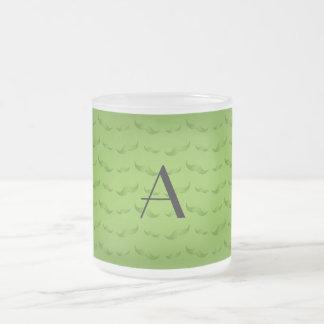Skina grönt mustaschmönster för Monogram Frostad Glas Mugg
