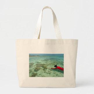 Skindiver simning i ett tropiskt hav tote bags