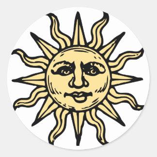 Skissad sol rund klistermärke