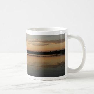 Skog sjö kaffemugg