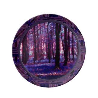 Skog till och med deppigheten för trädPinks n Porslinstallrik
