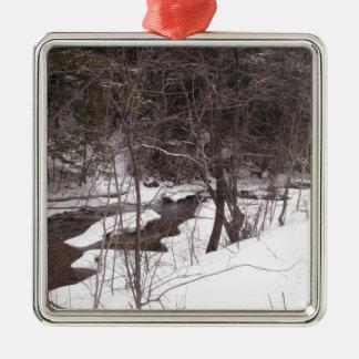 Skogsmarken strömmer i vinter julgransprydnad metall