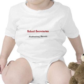 Skola sekreterarar som multitaskingen förundra sig body för baby