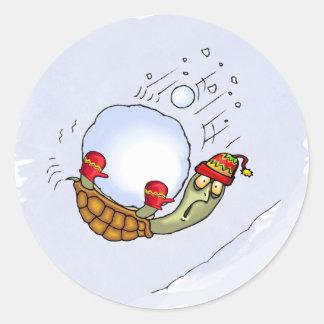 Sköldpaddan kastar snöboll ritt runt klistermärke