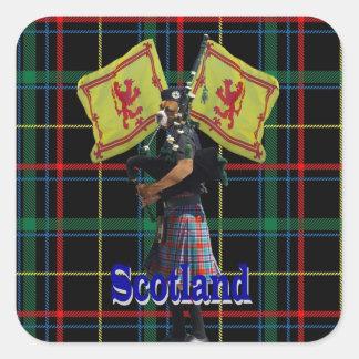 Skotsk pipblåsare på tartanen fyrkantigt klistermärke