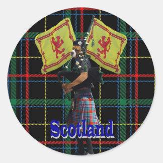 Skotsk pipblåsare på tartanen runt klistermärke