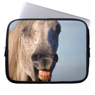 skratta hästen laptop sleeve