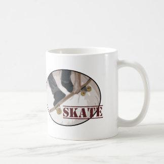 Skridskon stiger ombord rundan kaffemugg
