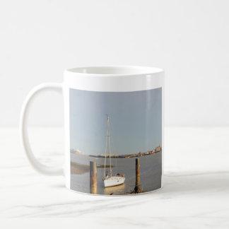 Skrivande in hamn för yachtsalighet kaffemugg