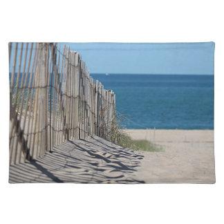 Skuggar i sanden, strandstaket och havstranden bordstablett