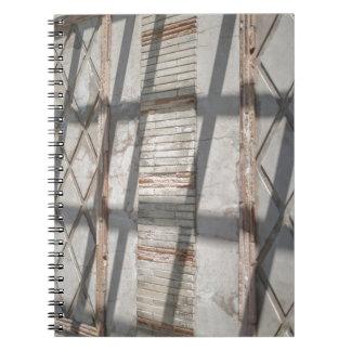 Skuggar mot en vägg anteckningsbok med spiral