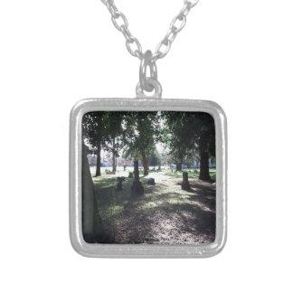 Skuggig kyrkogård halsband med fyrkantigt hängsmycke