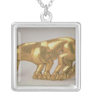 Skydda emblemen i form av en panter silverpläterat halsband