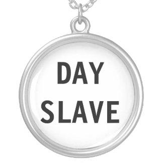 Slav- halsbanddag halsband med rund hängsmycke