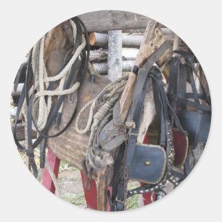 Slitna läderhästtyglar och bitar runt klistermärke
