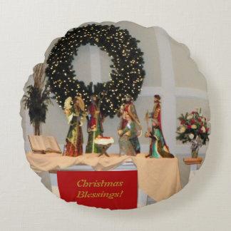 Slösa den rikt kulöra Nativityvisningdesignen Rund Kudde