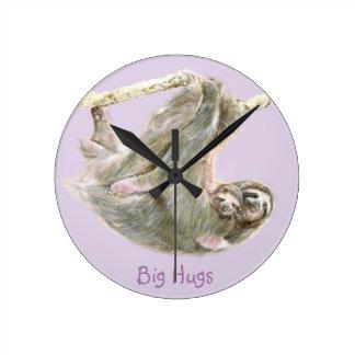 """Sloth bebis med mamman """"stora kramar """", rund klocka"""