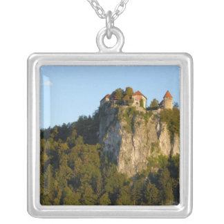 Slovenien som blödas, sjö som blödas, blött slott silverpläterat halsband