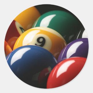 Slut upp av bassängbollar runt klistermärke