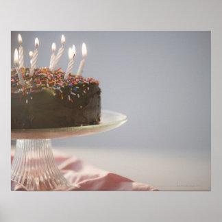 Slut upp av chokladfödelsedagtårtan med stearinlju affischer