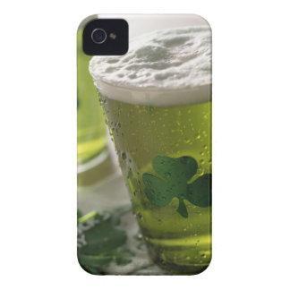 Slut upp av drycker med shamrocks på iPhone 4 skydd