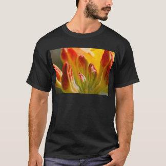 Slut upp av gul rhododendron t-shirts
