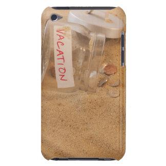 Slutet av burken med mynt spillde upp på sanden iPod touch Case-Mate case