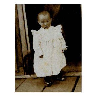 Småbarn i dörröppning vykort