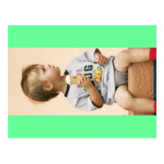 Småbarn- och glasskotte på stranden vykort