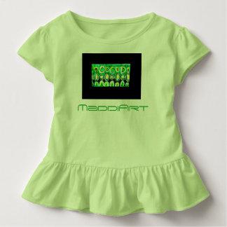 Småbarn rufsar utslagsplatsgrönt och svärtar tshirts