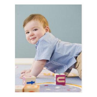 Småbarn som leker med kvarter vykort
