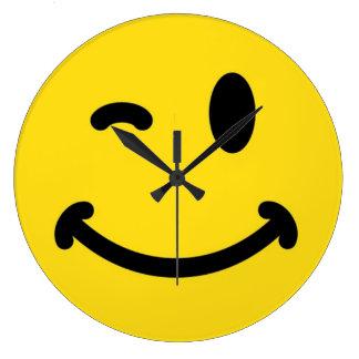 Smiley faceväggen tar tid på stor klocka