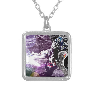 smuts som cyklar den tävlings- motorcykelbiker för halsband med fyrkantigt hängsmycke