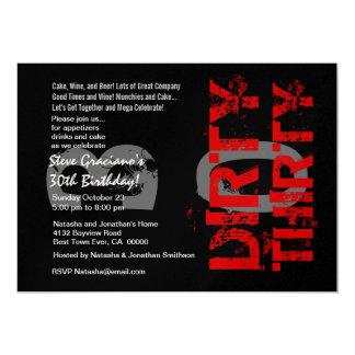 Smutsa ner trettio födelsedagsfest svart röda 12,7 x 17,8 cm inbjudningskort