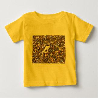 Snäcka bland småsten tee shirt