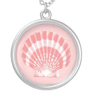 Snäckskal - korallrosor och vit silverpläterat halsband