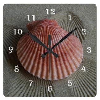 Snäckskalstrandväggen tar tid på fyrkantig klocka
