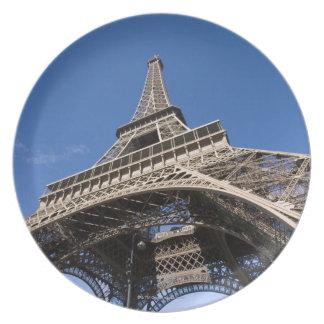 sned boll beskådar tittar upp på det Eiffel torn Dinner Plates
