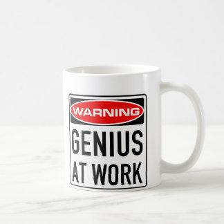 Snille på det roliga varningsvägmärket för arbete kaffemugg