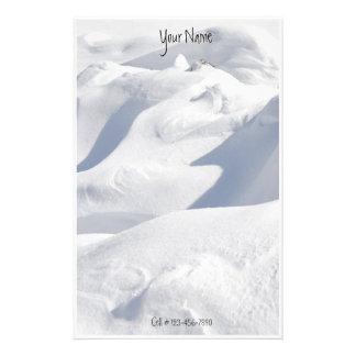 Snö driver och skuggar fotograferar brevpapper