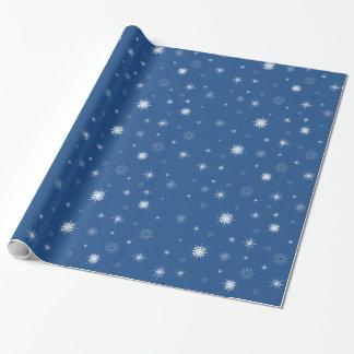 Snöflingor på blåtthelgdag som slår in papper presentpapper