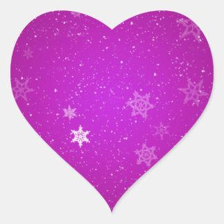 Snöflingor på purpurfärgade Sparkles Hjärtformat Klistermärke