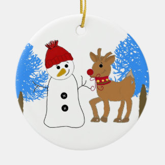 Snögubbe och ren i skogen rund julgransprydnad i keramik