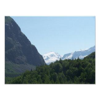 Snöig alaskabo berg i avståndet fototryck