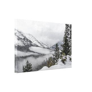 Snöig berg i vinterkanvastryck canvastryck