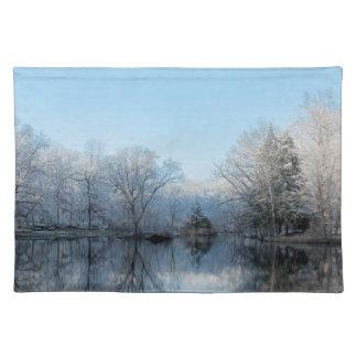 Snöig vinterträd reflexioner för sjö bordstablett