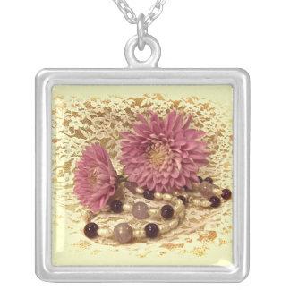 Snöre, pärlor och morsor silverpläterat halsband