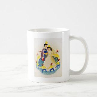 Snövit och sjuna ställa i skuggan kaffemugg